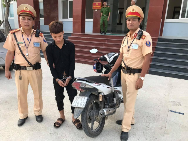 Tổ CSGT bắt đối tượng táo tợn trộm xe máy giữa ban ngày - 1