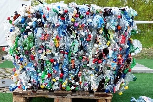 """Xây nhà bằng chai nhựa, ý tưởng """"điên rồ"""" có thể cứu thế giới - Ảnh 1"""