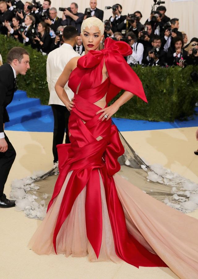 """Những bộ đầm táo bạo nhất từng xuất hiện tại """"đại tiệc thời trang"""" Met Gala - 15"""