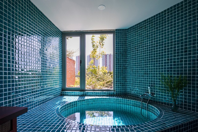 Giấu cả bể bơi trong phòng khách, ngôi nhà ba thế hệ ở TPHCM gây ấn tượng mạnh - 18