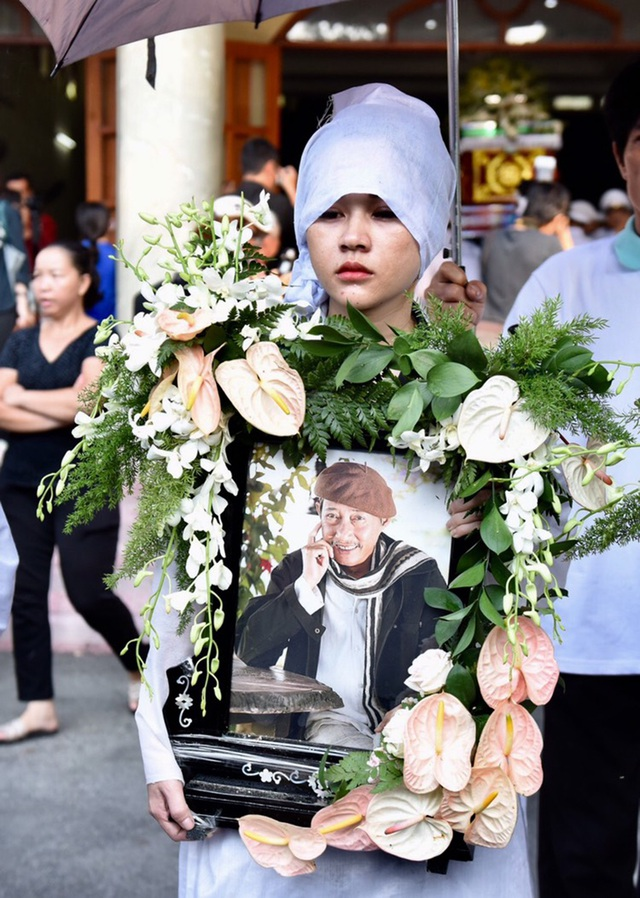 Đồng nghiệp tiễn đưa nghệ sĩ Lê Bình về nơi an nghỉ cuối cùng - 12