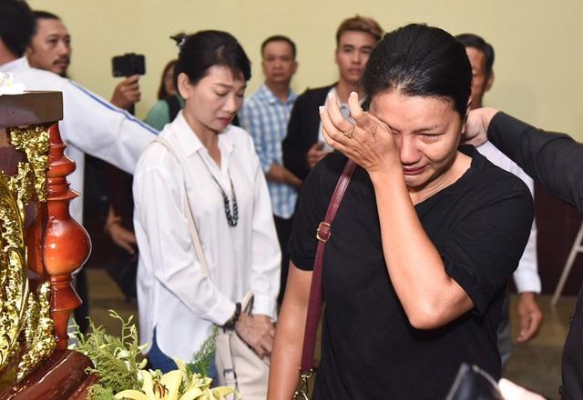 Đồng nghiệp tiễn đưa nghệ sĩ Lê Bình về nơi an nghỉ cuối cùng - 15