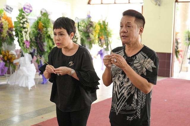 Gia đình Lê Bình trao 100 triệu ủng hộ nghệ sĩ nghèo theo di nguyện của ông  - 10