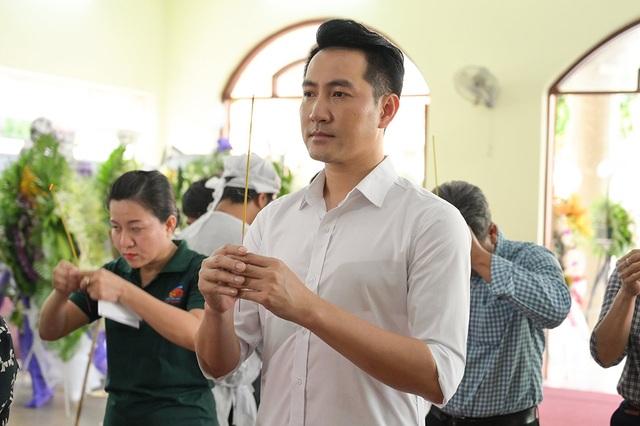 Gia đình Lê Bình trao 100 triệu ủng hộ nghệ sĩ nghèo theo di nguyện của ông  - 8
