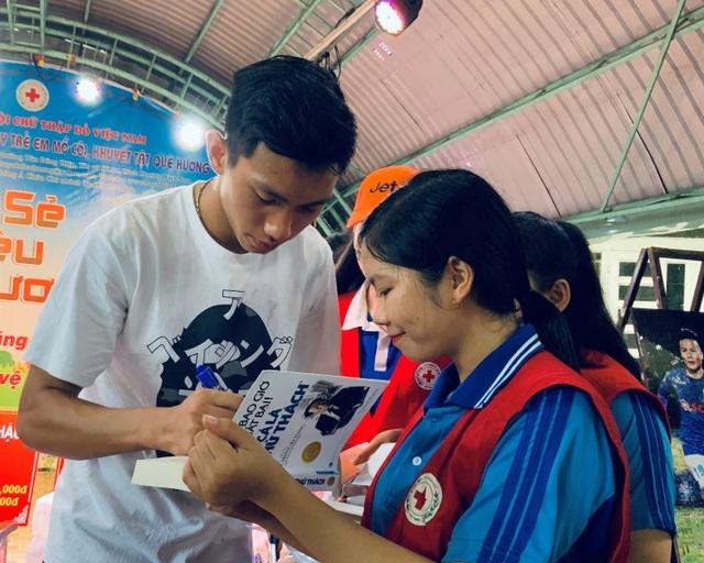 Quang Hải, Bùi Tiến Dũng, Đoàn Văn Hậu tặng sách truyền cảm hứng Hạt Giống Tâm Hồn - 2
