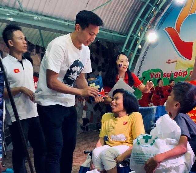 Quang Hải, Bùi Tiến Dũng, Đoàn Văn Hậu tặng sách truyền cảm hứng Hạt Giống Tâm Hồn - Ảnh minh hoạ 3