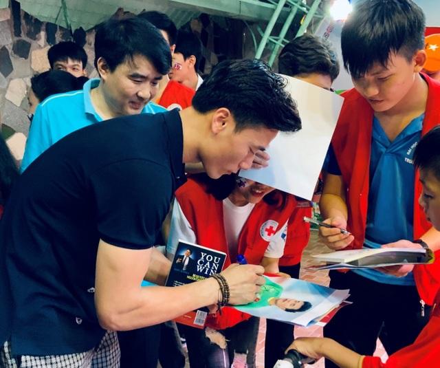 Quang Hải, Bùi Tiến Dũng, Đoàn Văn Hậu tặng sách truyền cảm hứng Hạt Giống Tâm Hồn - 4
