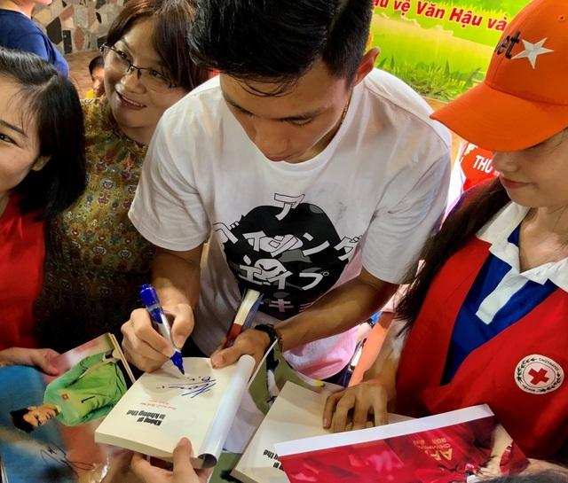 Quang Hải, Bùi Tiến Dũng, Đoàn Văn Hậu tặng sách truyền cảm hứng Hạt Giống Tâm Hồn - 5