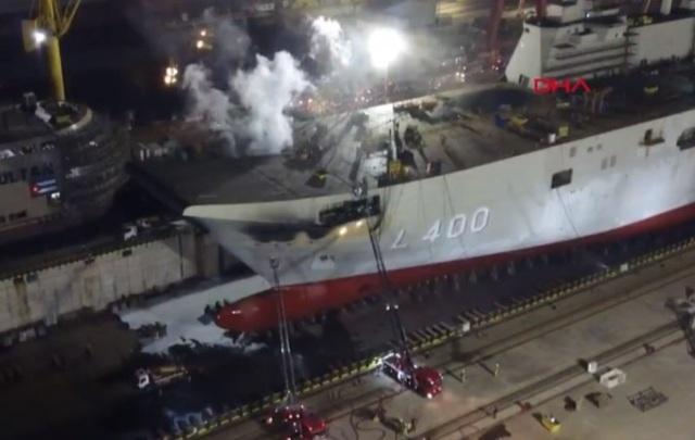 Tàu sân bay đầu tiên của Thổ Nhĩ Kỳ bốc cháy tại cảng - 1