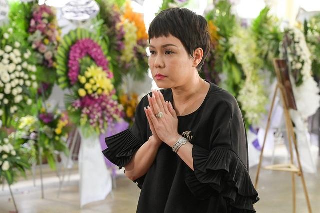 Gia đình Lê Bình trao 100 triệu ủng hộ nghệ sĩ nghèo theo di nguyện của ông  - 11