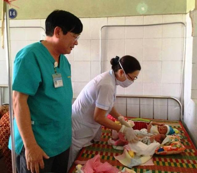 Vỡ òa, mẹ nghèo vào viện sinh đôi khi đang đi phụ hồ - 1