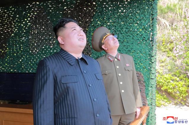 Ông Kim Jong-un trực tiếp thị sát vụ phóng tên lửa đầu tiên sau gần 2 năm - 3