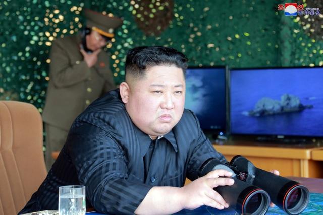 Ông Kim Jong-un trực tiếp thị sát vụ phóng tên lửa đầu tiên sau gần 2 năm - 2
