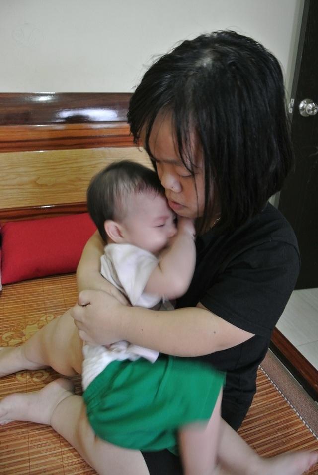 Bố mẹ tật nguyền ôm con 8 tháng tuổi bị teo mật cầu xin sự sống làm xã hội rung động - 8