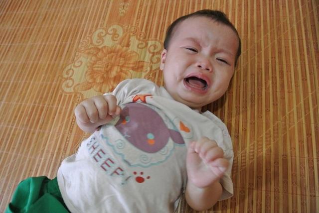 Bố mẹ tật nguyền ôm con 8 tháng tuổi bị teo mật cầu xin sự sống làm xã hội rung động - 3