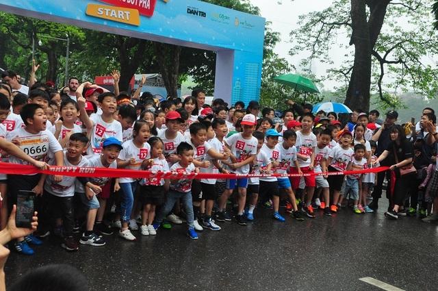 Hơn 1300 người chạy dưới mưa, góp tiền đồng hành cùng báo Dân trí xây trường tặng các em học sinh dân tộc tại Lai Châu - 12
