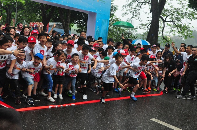 Hơn 1300 người chạy dưới mưa, góp tiền đồng hành cùng báo Dân trí xây trường tặng các em học sinh dân tộc tại Lai Châu - 15
