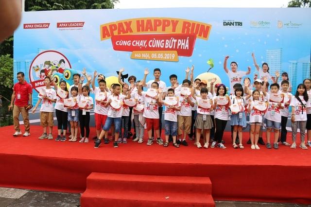 Hơn 1300 người chạy dưới mưa, góp tiền đồng hành cùng báo Dân trí xây trường tặng các em học sinh dân tộc tại Lai Châu - 1