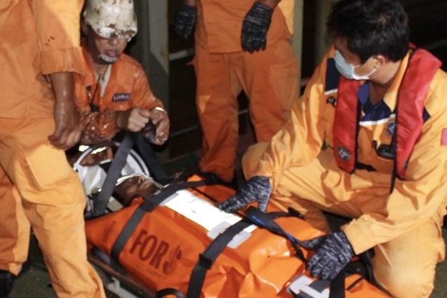 Cứu thuyền viên Myanmar bị nạn ngoài khơi Nha Trang - 1