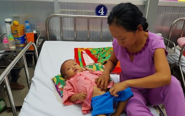 Gia đình nghèo truyền kiếp, người mẹ khờ ôm con gái bệnh tim sống lay lắt - 2