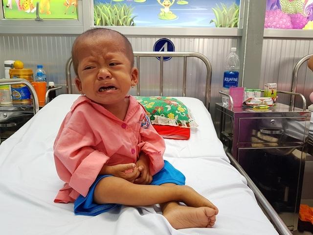 Gia đình nghèo truyền kiếp, người mẹ khờ ôm con gái bệnh tim sống lay lắt - 1