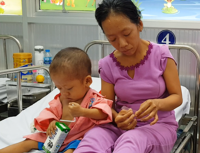 Gia đình nghèo truyền kiếp, người mẹ khờ ôm con gái bệnh tim sống lay lắt - 3