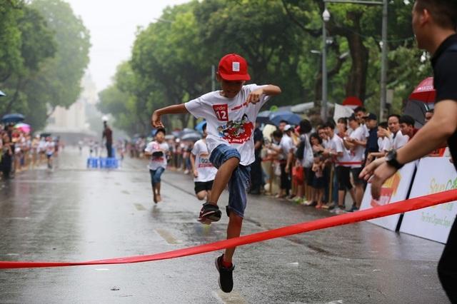 Hơn 1300 người chạy dưới mưa, góp tiền đồng hành cùng báo Dân trí xây trường tặng các em học sinh dân tộc tại Lai Châu - 23