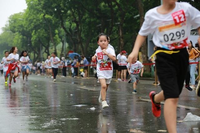 Hơn 1300 người chạy dưới mưa, góp tiền đồng hành cùng báo Dân trí xây trường tặng các em học sinh dân tộc tại Lai Châu - 18