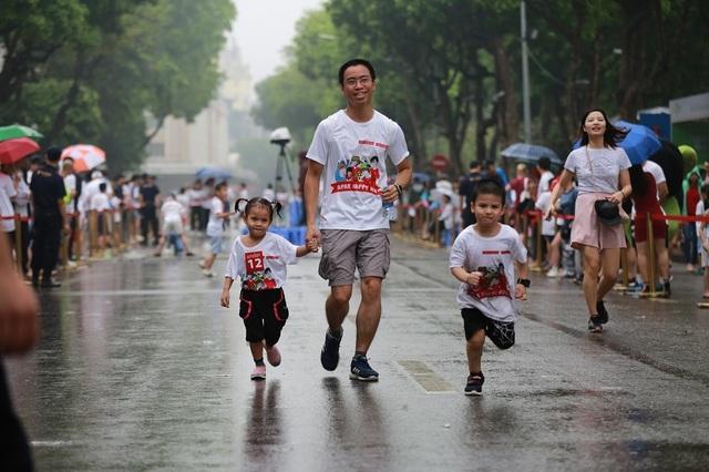 Hơn 1300 người chạy dưới mưa, góp tiền đồng hành cùng báo Dân trí xây trường tặng các em học sinh dân tộc tại Lai Châu - 19