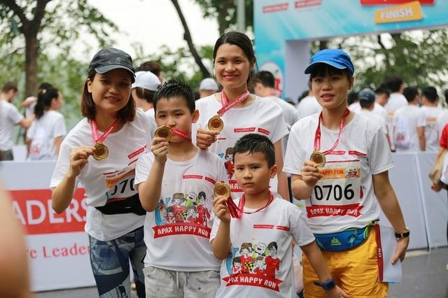 Hơn 1300 người chạy dưới mưa, góp tiền đồng hành cùng báo Dân trí xây trường tặng các em học sinh dân tộc tại Lai Châu - 22