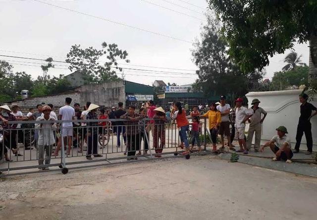 Hàng trăm người tập trung phản đối vì lối ra biển bị chắn kín bằng rào sắt - 4
