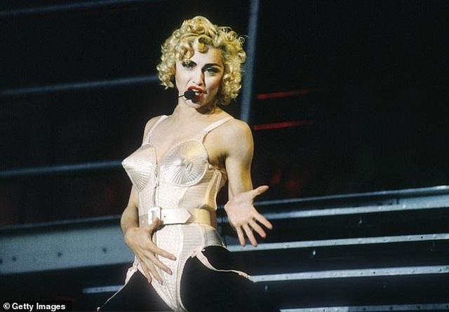 """""""Nữ hoàng pop"""" chật vật làm nghề ở tuổi 60 - 1"""