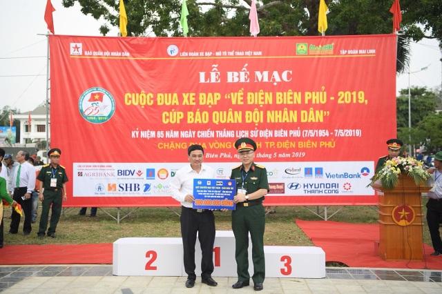 Quỹ Vòng tay đồng đội tiếp tục trao 200 triệu đồng giúp đỡ học sinh nghèo tỉnh Điện Biên - 10