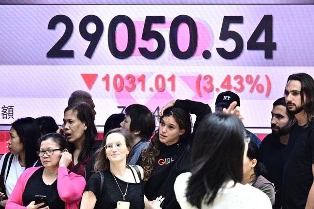 Chứng khoán lao dốc sau khi ông Trump dọa tăng thuế lên hàng hóa Trung Quốc - 1