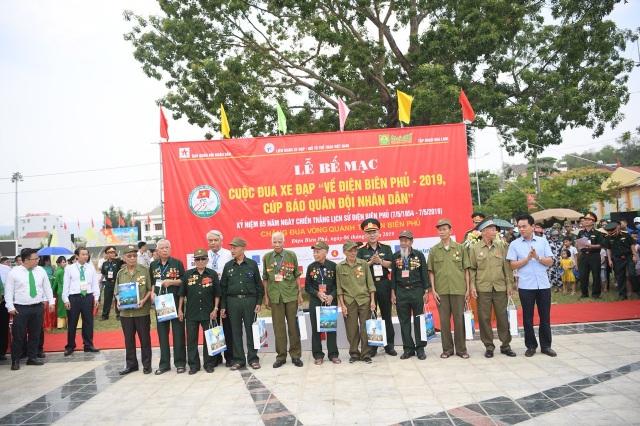 Quỹ Vòng tay đồng đội tiếp tục trao 200 triệu đồng giúp đỡ học sinh nghèo tỉnh Điện Biên - 9