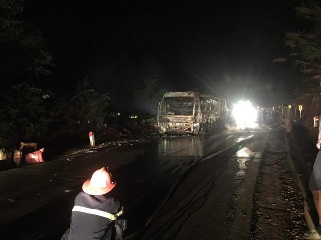 Xe khách bốc cháy dữ dội trong đêm, 30 hành khách chạy thoát thân - 1