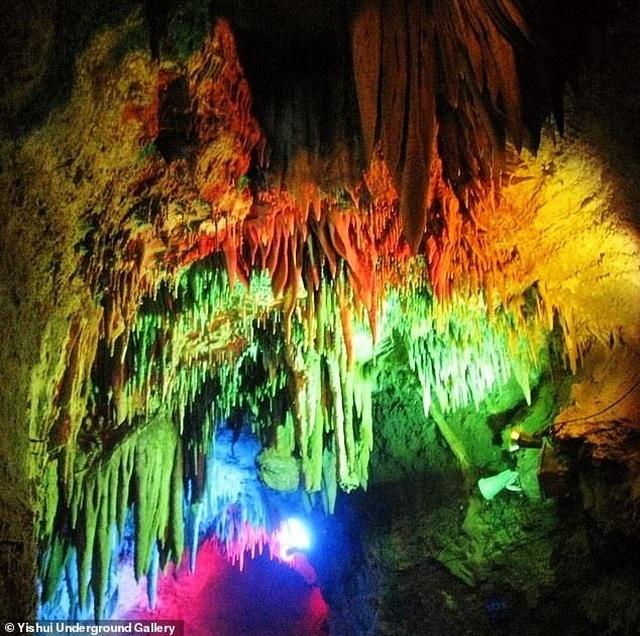 Khách Trung Quốc bẻ thạch nhũ hàng triệu năm tuổi về làm quà - 4