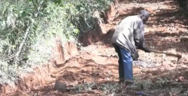 Phát ốm vì chờ đợi chính quyền, người đàn ông Kenya tự đào đường trong 6 ngày - 3