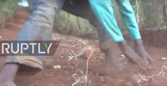 Phát ốm vì chờ đợi chính quyền, người đàn ông Kenya tự đào đường trong 6 ngày - 4