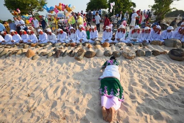 Đặc sắc lễ tảo mộ trong ngày hội Ramưwan của người Chăm - 15
