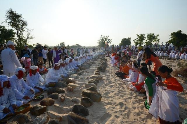 Đặc sắc lễ tảo mộ trong ngày hội Ramưwan của người Chăm - 8
