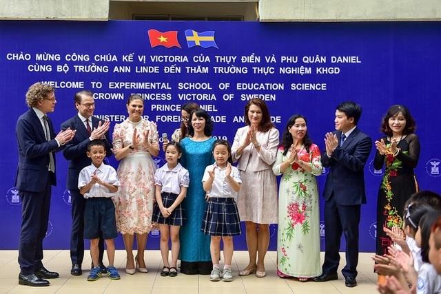 """Công chúa Thụy Điển thăm trường thực nghiệm, cổ vũ """"giấc mơ Nobel"""" của học sinh Việt"""