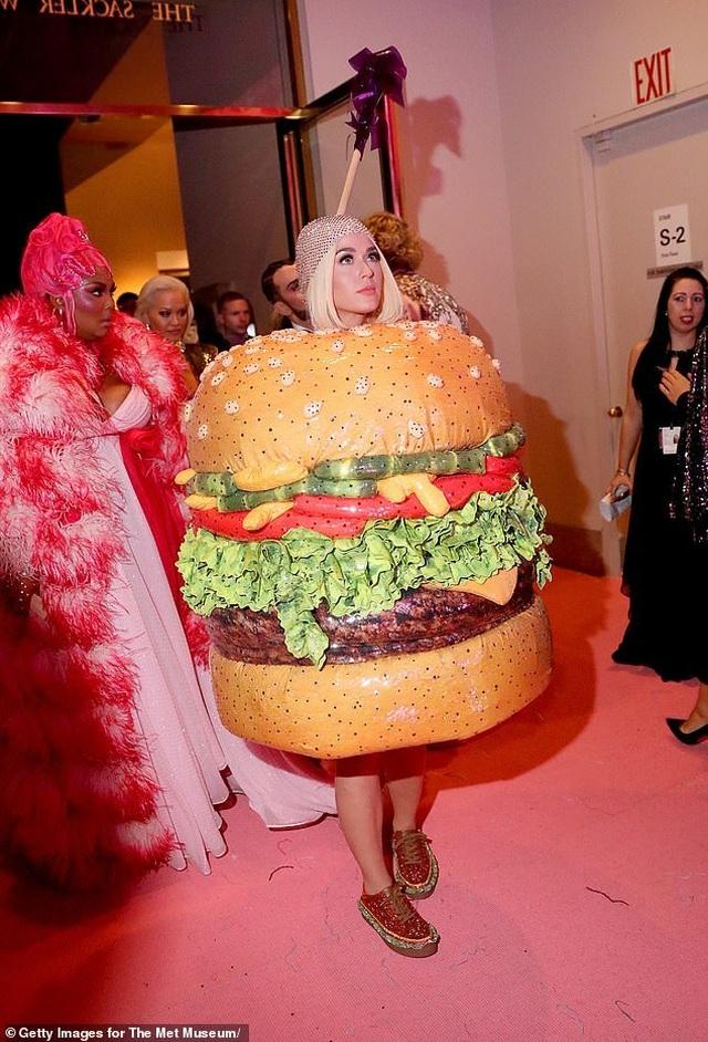 Hết mặc đèn chùm, Katy Perry lại mặc... bánh hamburger - 1