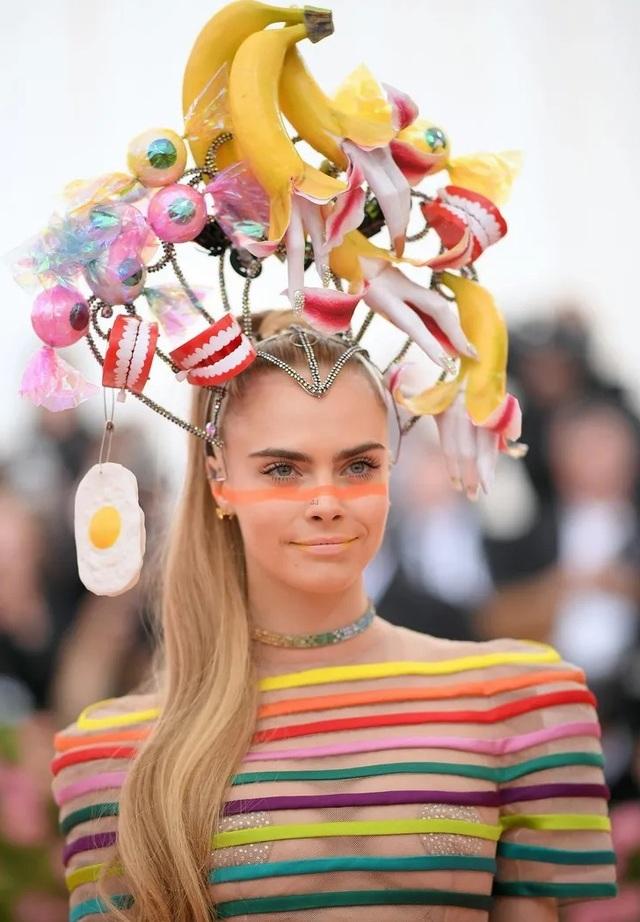 Cara Delevingne đội mũ gắn răng giả, vỏ chuối, trứng ốp dự Met gala - 5