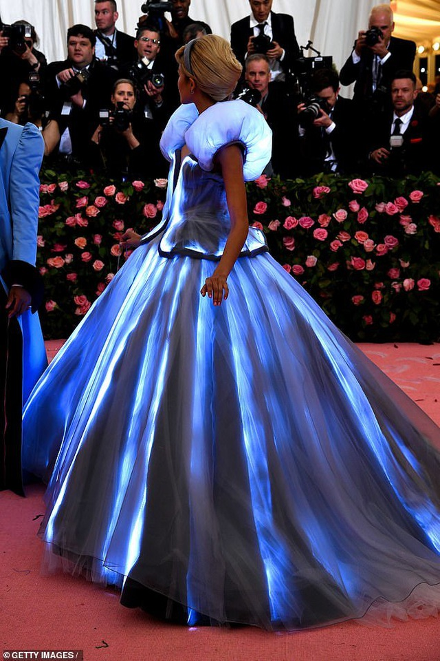 Zendaya mặc váy đổi màu hóa thành Lọ Lem trên thảm đỏ Met gala - 7