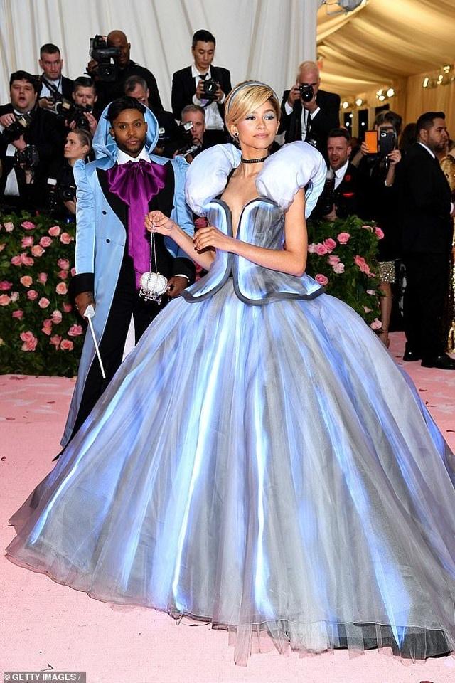 Zendaya mặc váy đổi màu hóa thành Lọ Lem trên thảm đỏ Met gala - 8