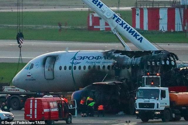 Khoảnh khắc hai tiếp viên hàng không bất lực nhìn máy bay Nga cháy ngùn ngụt - 1
