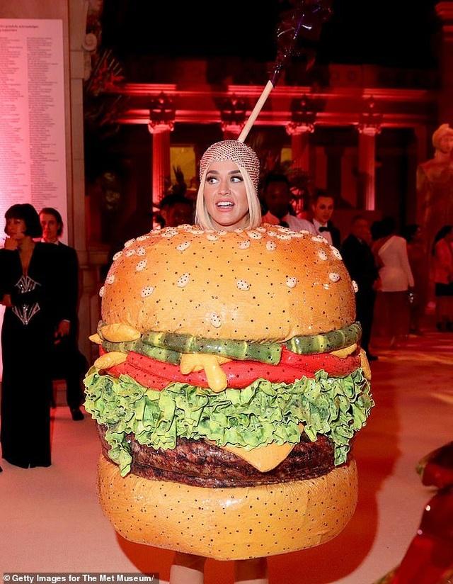 Hết mặc đèn chùm, Katy Perry lại mặc... bánh hamburger - 4