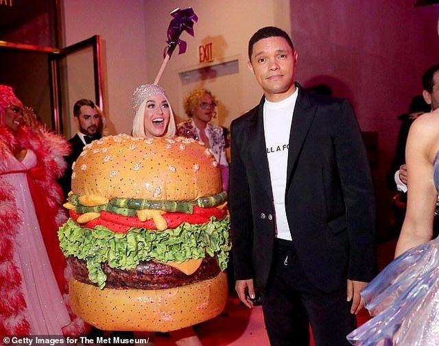 Hết mặc đèn chùm, Katy Perry lại mặc... bánh hamburger - 5