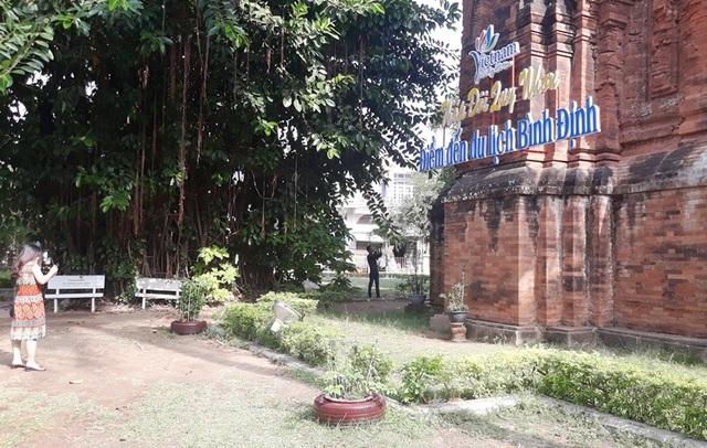 Khoan tháp Chăm treo bảng quảng bá du lịch: Giám đốc Bảo tàng Bình Định nói gì? - 1